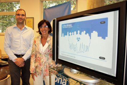 Fira de Girona Director, Anna Albar, and the Project Director of Neorg, Mario Colomer, in front of the website