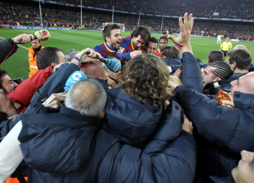 Barça players, technical staff and press celebrating the 5th goal against Real Madrid (by FC Barcelona)