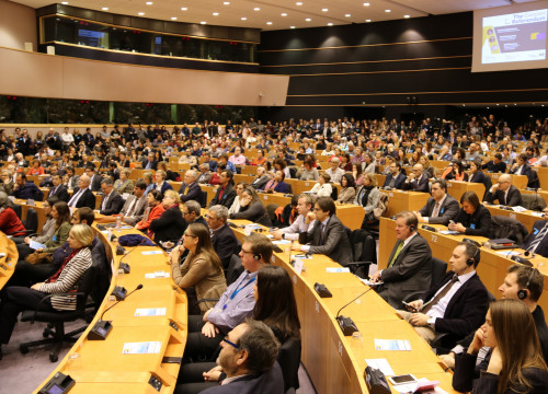A packed room listens to President Carles Puigdemont in the European Parliament (by ACN)