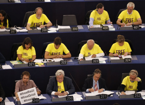 MEPs wearing yellow to demand the release of prisoners (by ACN)