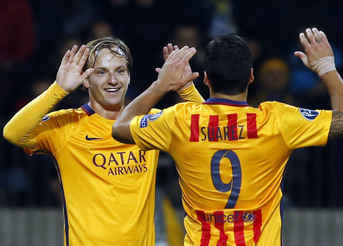 Rakitic and Suárez celebrate (by FCB)