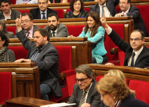 The Catalan Parliament, with the CiU and ERC MPs in the forefront, voting the Catalan Government's 2015 budget (by R. Garrido)