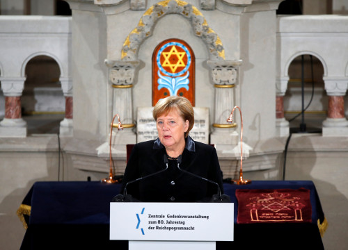 Angela Merkel in Berlin's Rykestrasse Synagogue on November 9, 2018 (by Reuters)
