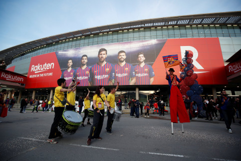 General view outside the FC Barcelona stadium with the logo of Rakuten (by Reuters)