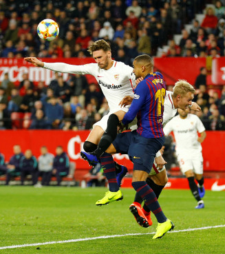 Barcelona's Kevin-Prince Boateng in action with Sevilla's Sergi Gomez in Sevila-Barça on January 23 (by Reuters/Marcelo del Pozo)
