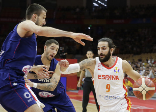 Ricky Rubio takes on two Serbia defenders in the Basketball World Cup second round match. (Photo: REUTERS/Jason Lee)
