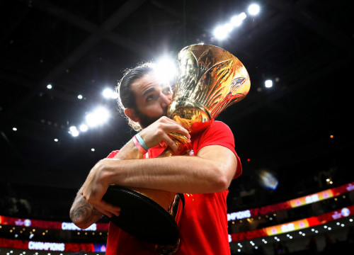 Ricky Rubio kisses the FIBA World Cup trophy after Spain's win over Argentina in the 2019 final (by Reuters/Kim Kyung-Hoon)