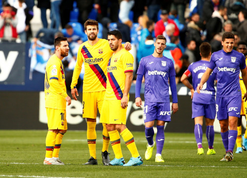 Messi, Piqué, and Suárez celebrate reluctantly against Leganés (by REUTERS/Javier Barbancho)