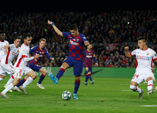 Luis Suárez contorts his body to score an incredible back-heel goal against Mallorca (by REUTERS/Albert Gea)