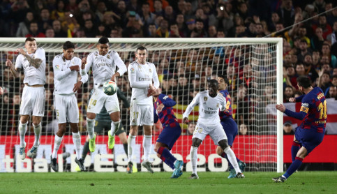 The Real Madrid wall attempts to block Leo Messi's free kick shot (by REUTERS/Sergio Perez)