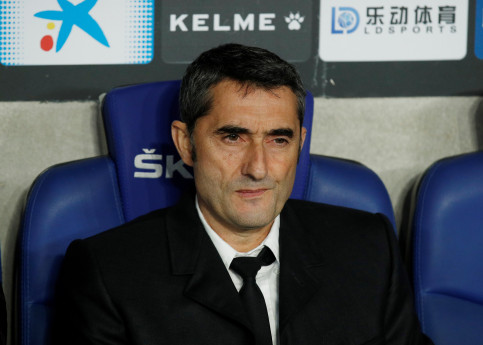 FC Barcelona manager Ernesto Valverde on the bench (by Albert Gea/Reuters)