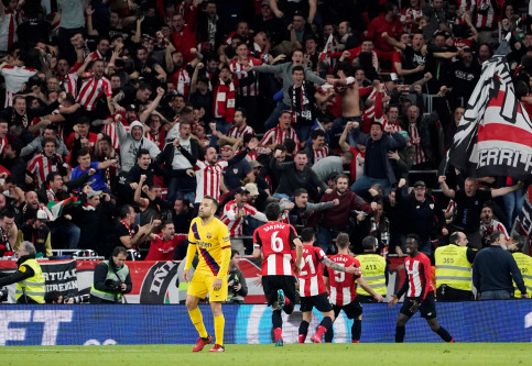 FC Barcelona's Jordi Alba looks away as Athletic Bilbao fans and players celebrate their late winner over the Catalans in the Copa del Rey quarter final (by Reuters/Vincent West)