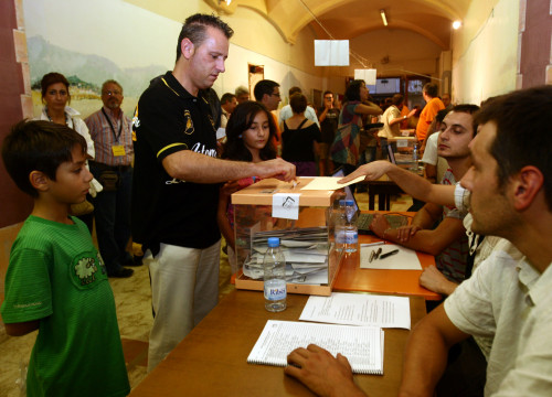 Voters casting their ballot in Arenys de Munt independence vote, on September 13, 2009 (by Albert Salamé)