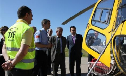 Saura, accompanied by the Mayor of Sabadell, Manuel Bustos, during the presentation of the forest firefighting resources