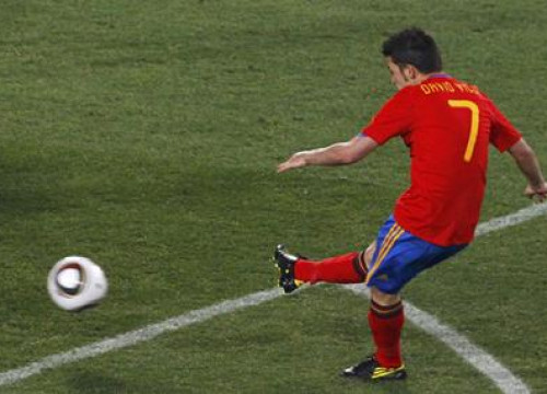 Barça's new player, David Villa kicks to score during the 1st half of the Fifa World Cup