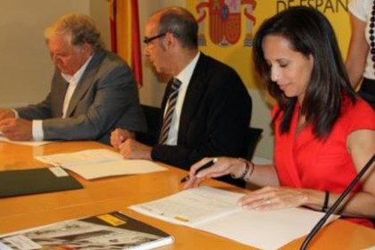 Catalan minister for Housing Affairs, Francesc Baltasar, and Spanish minister Beatriz Corredor