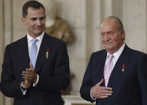 Juan Carlos I (right) abdicates in favor of his son, Felipe VI, in 2014 (by EFE)