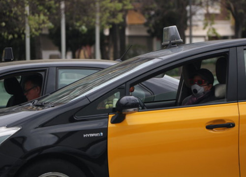 A Barcelona taxi driver wearing a facemask (by Albert Cadanet)