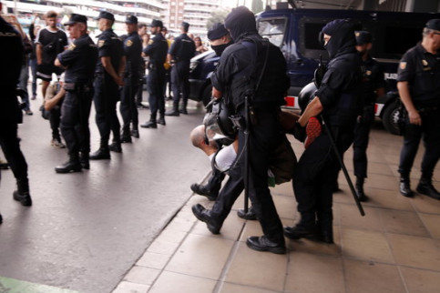 A Pícnic per la República pro-independence protester is carried out of Sants train station by police officers (by Jordi Bataller)