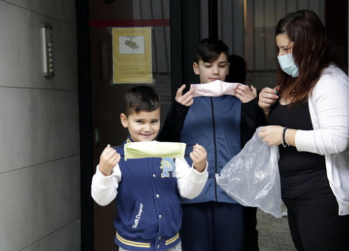 A Sant Julià de Ramis family after having received masks for their children (by Marina López)
