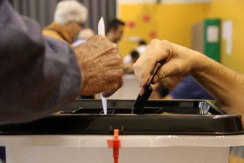 A ballot being placed in a ballot box on October 1 2017 in Teresa Miquel i Pàmies de Reus (by Jordi Marsal)