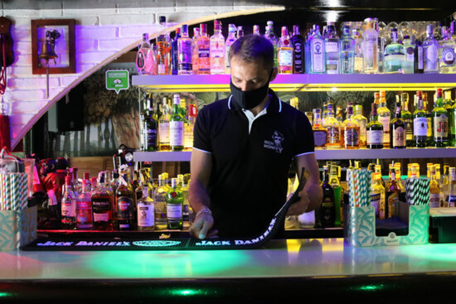 A bartender in Sitges (by Gemma Sánchez)