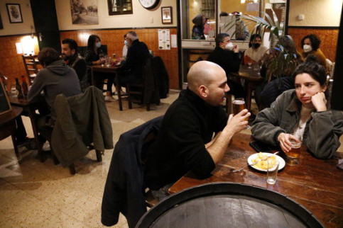 A couple enjoying some tapas at Barcelona's Casa Pagès (by Jordi Bataller)
