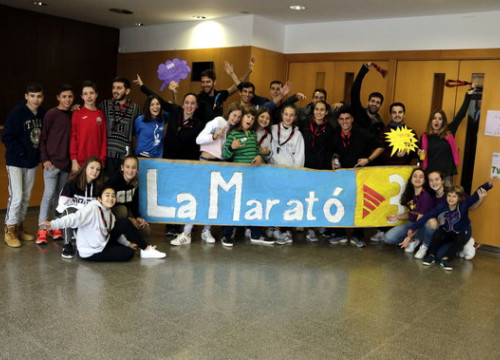 A group of students holding a Marató sign organizing some of the telethon activities in Lleida on December 16, 2018 (by Laura Alcalde)