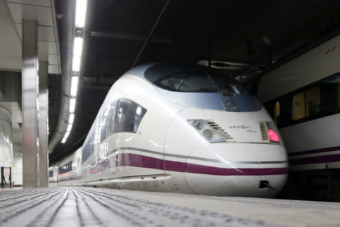 A high-speed train operated by Renfe at Barcelona's Sants Estació station (by Andrea Zamorano)