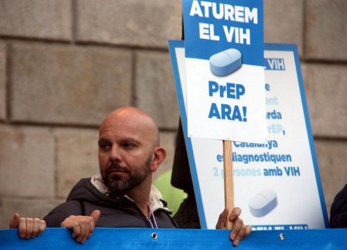 A man at the 2016 World AIDS day march in Barcelona demanding access to PrEP (by Elisenda Rosanas)