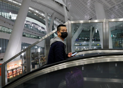 A man wearing a face-mask at a Hong Kong train station in January (REUTERS/Tyrone Siu)