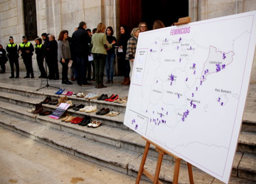 A map marking 2019's femicides and shoes placed in front of the Tarragona city council honor women lost to gender-based violence (by Eloi Tost)
