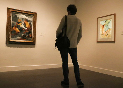 A museum-goer looking at paintings by Picasso and Picabia at 'Picasso-Picabia. La pintura en qüestió' on October 11 2018 (by Pau Cortina)