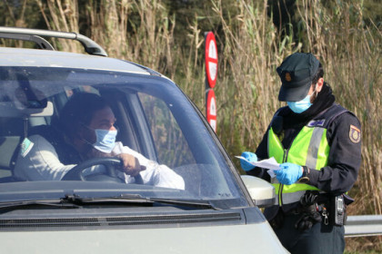 A police officer at La Jonquera making sure a French driver has proof of a negative PCR test (by Gemma Tubert)