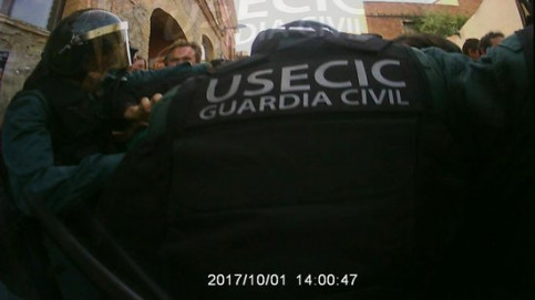 A still from the video showing La Guàrdia Civil police on operations on October 1 2017 (ACN)