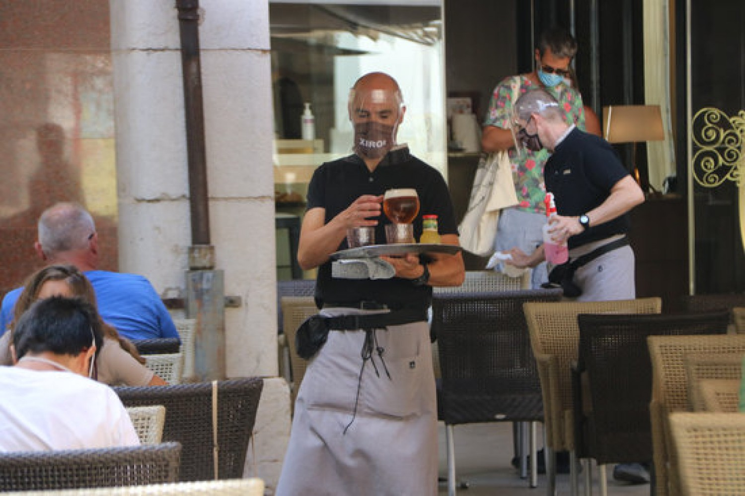 A waiter in Figueres carrying drinks (by Gemma Tubert)