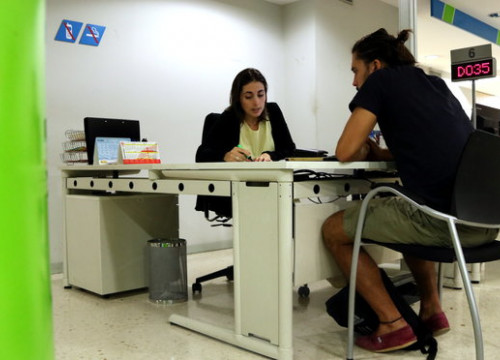 A young person gets help at the unemployment office on October 30 2018 (by Andrea Zamorano)