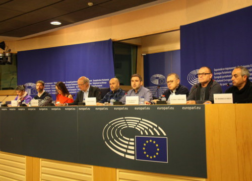 The rail national secretary of the union UGT-Catalunya, José Bravo, employees of Adif and ERC MEP Josep Maria Terricabras at the European Parliament in Brussels on the 29th of November (by ACN)