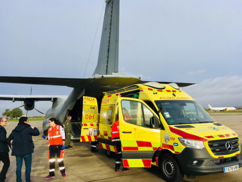 An ambulance takes the 9-month-old to the military plane that will take him to Barcelona (by Balearic Government)