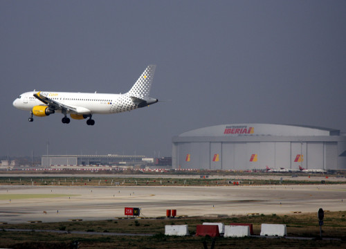 Plane about to land at Barcelona El Prat Airport (by ACN)