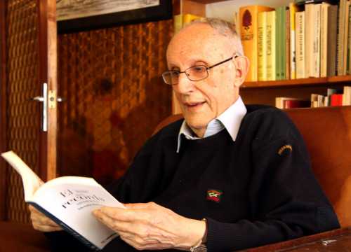 'Mossèn' Ballarín reading his last book, 'Sac de records' (by ACN)