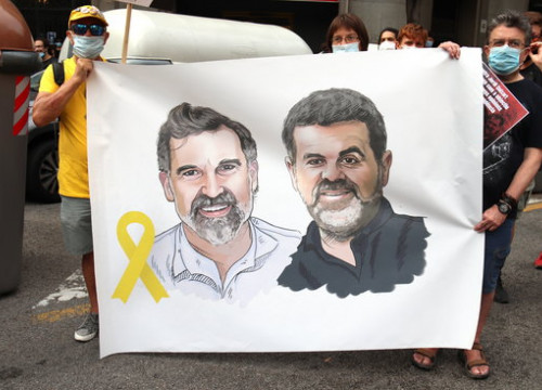 Banner with faces of jailed independence activists Jordi Cuixart and Jordi Sànchez (by Aina Martí)