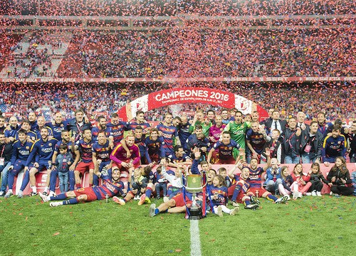 The team celebrating on the field at the Calderón (by FCB)