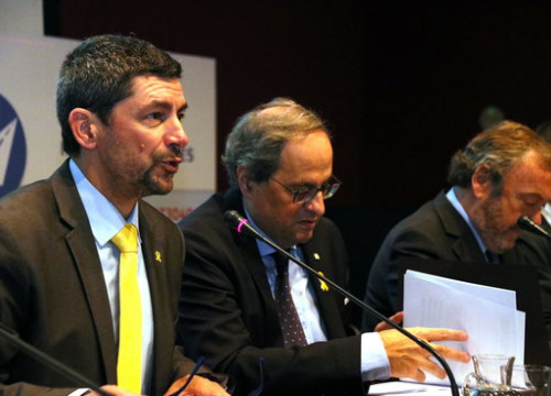 Barcelona Chamber of Commerce president Joan Canadell (left) and Catalan president Quim Torra (center) presenting the study on infrastructure deficit (by Lluís Sibils)