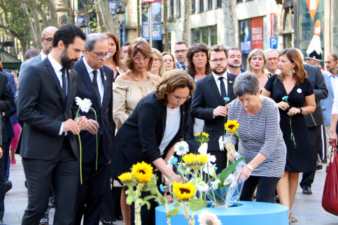Barcelona mayor Ada Colau and other prominent politicians place flowers in honor of the victims of the 2017 attacks one year on (Pere Francesch/ACN)