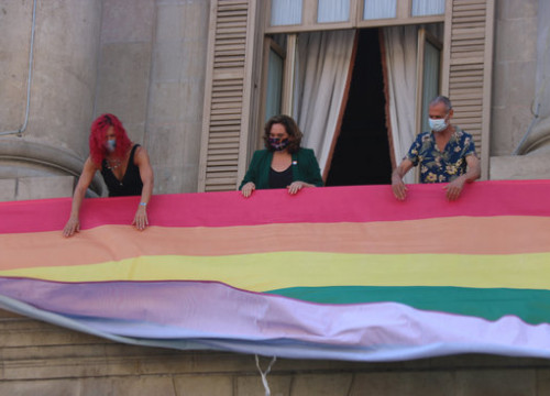 Barcelona mayor Ada Colau (center) hanging the LGBT flag on the city council building for Pride on June 28, 2020 (by Miquel Codolar)