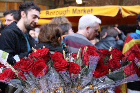 Roses and books to celebrate Sant Jordi's Day at London's Borough Market (by ACN)