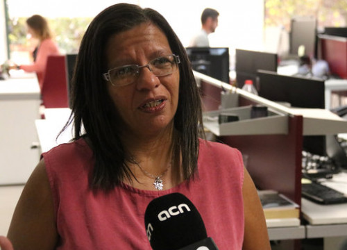 Brazilian journalist Taíza Brito speaking to Catalan News (by Alicia Egorov)