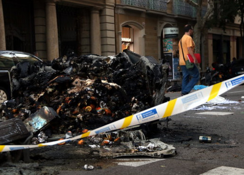 Burnt dumpsters in Barcelona's Eixample neighborhood (by Elisenda Rosanas)