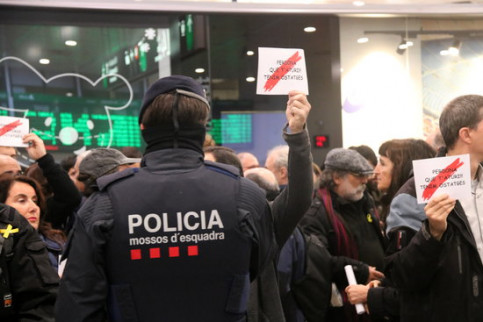 CDR protesters demonstrating at Barcelona's Sants train station amidst a heavy police presence on November 16, 2019 (by Xavier Toscano)
